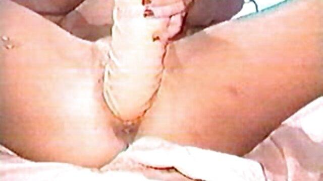 Reife mit silbernen Haargläsern und Strümpfen kurze pornovideos weckt den Jungen