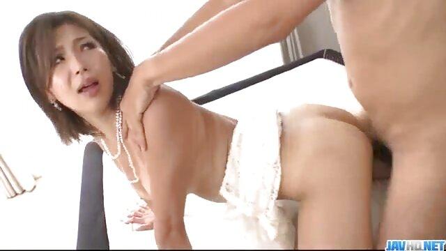 Eine Cremetorte, eine kurze pornofilme Sperma saugende Oma und eine junge Hure