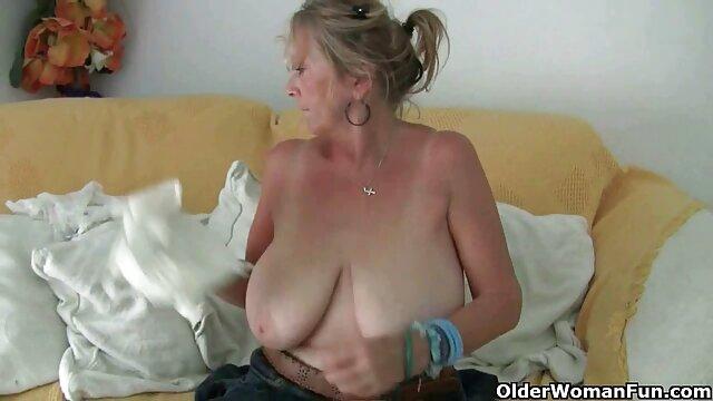 Silberhaarige Milf in porno kurze haare Strümpfen fickt
