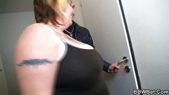 Tattood Big Boobed Rayne - Liebe tut kurze sexfilme weh - Szene 2