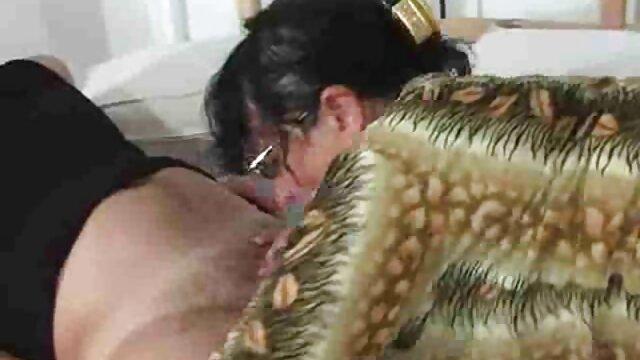 Zwei verrückte Mädchen haben kurze hosen porno Spaß im Badezimmer